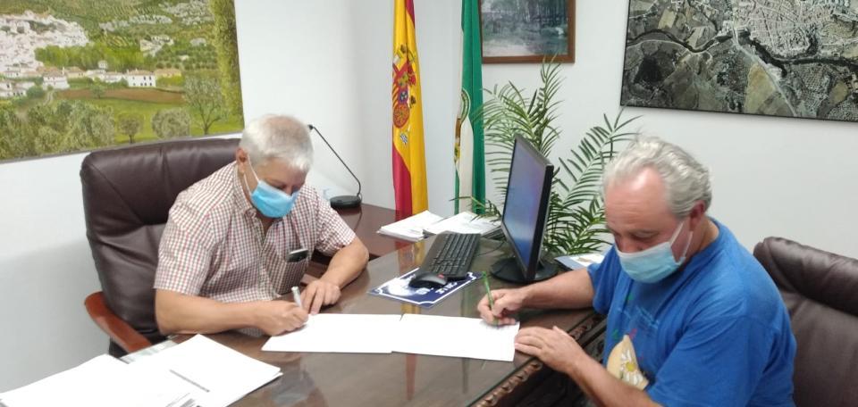 Firmando el acuerdo