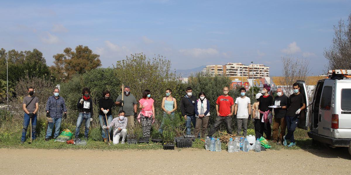 Grupo de plantación con monitores y voluntarios